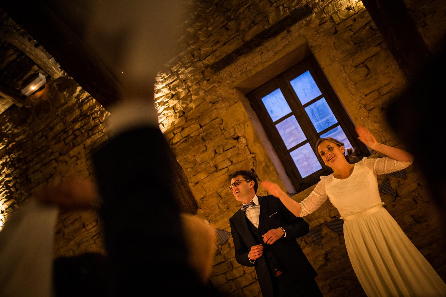 Reportage photo de mariage à Lyon - Manoir de la Garde. Les mariés à table