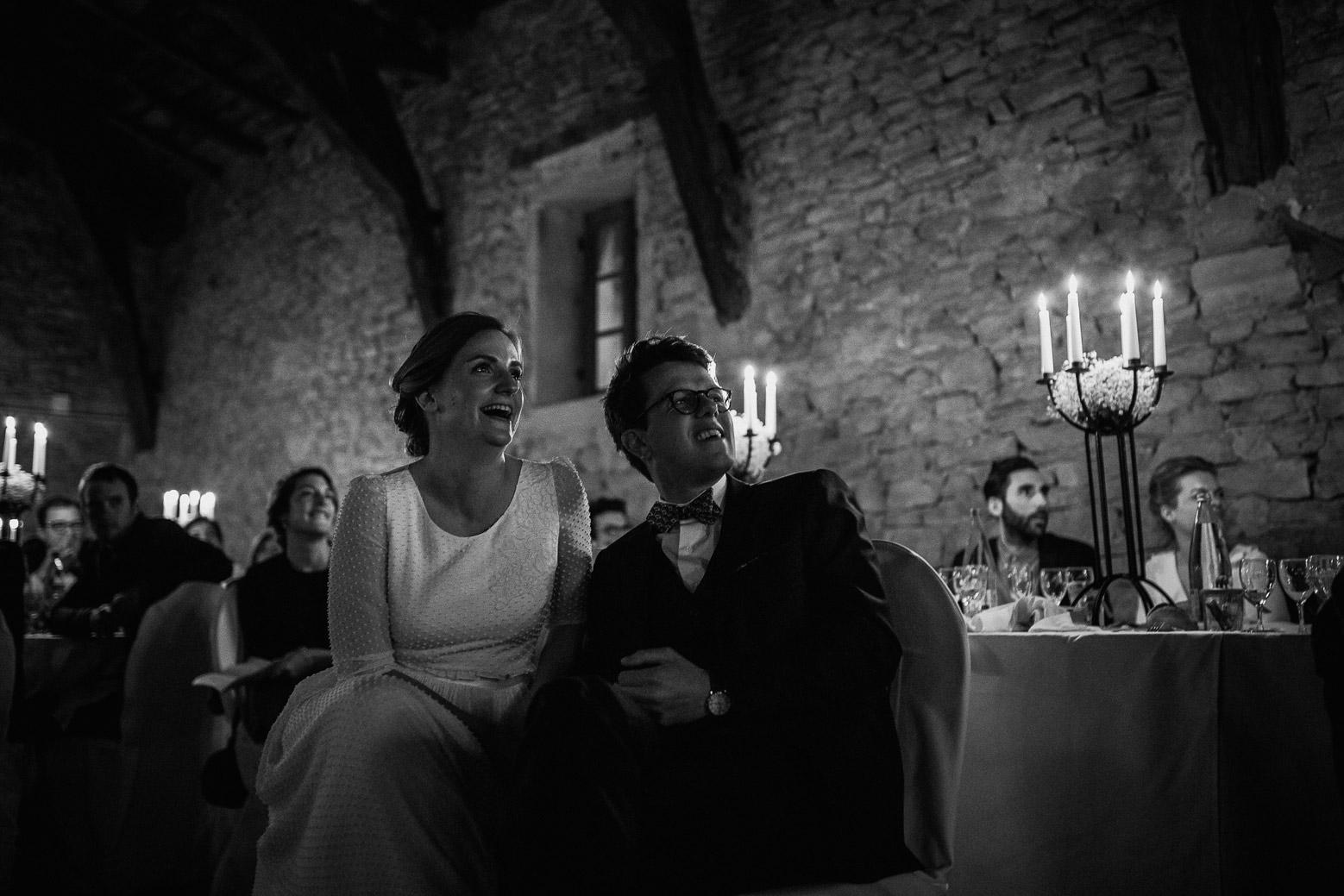 Reportage photo de mariage à Lyon - Manoir de la Garde. Les mariés regardent une vidéo