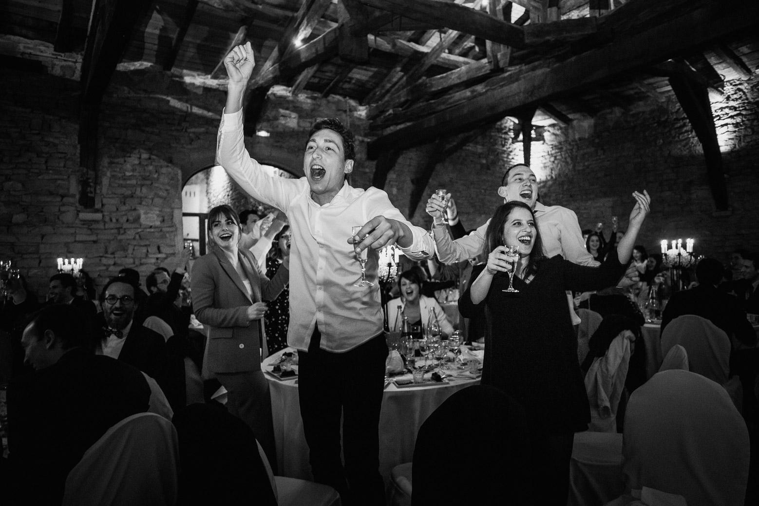 Reportage photo de mariage à Lyon - Manoir de la Garde. Les invités font la fête