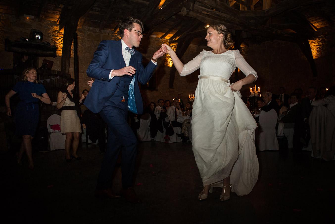 Reportage photo de mariage à Lyon - Manoir de la Garde. Danse des mariés