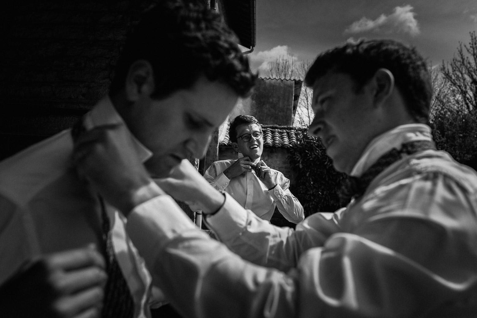 Reportage photo de mariage à Lyon - Manoir de la Garde. Préparatifs du marié qui met sont noeud de papillon