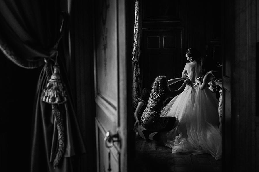 fearless of the day photo de mariage recompensée. Préparatifs de la mariée au chateau de saint trys à côté de lyon