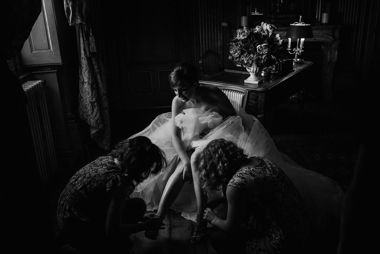 Préparatifs de la mariée au château de Saint Trys à côté de Lyon avec une douce lumière