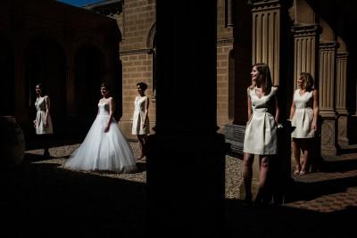 Photo créative de la mariée avec ses témoins au château de Saint Trys à Anses