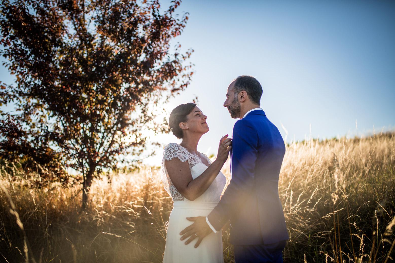 Photographe de mariage au Manoir de la Garde. Photo de couple avec jolie lumière