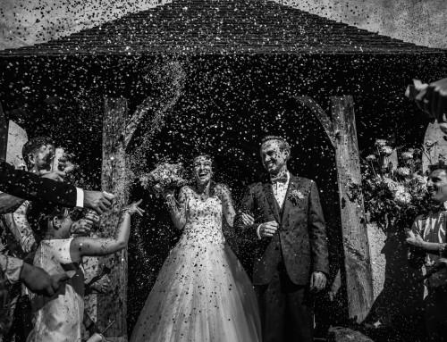 Sortie de l'église des mariés sous les confettis