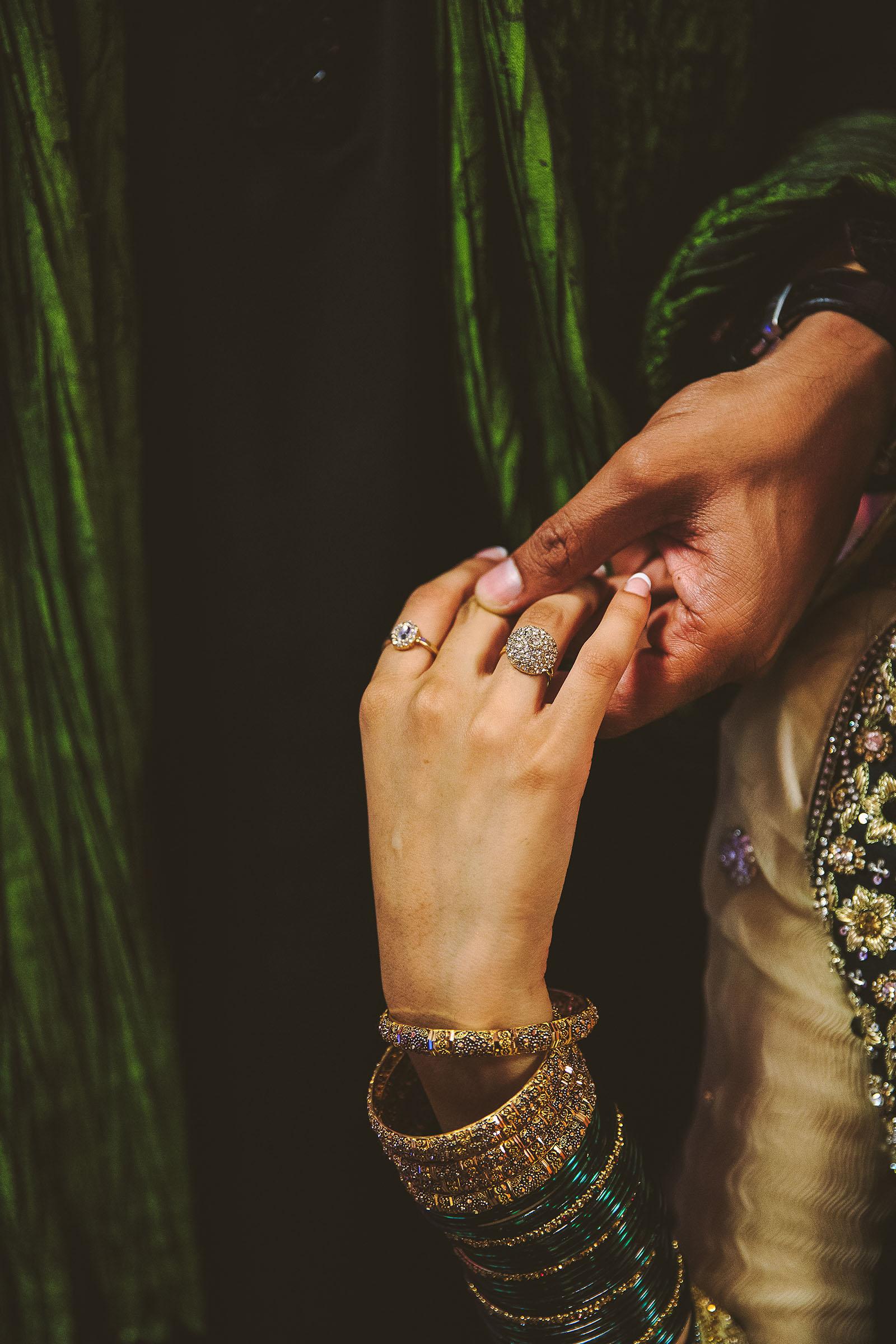 Des Pakistanais à Paris. David Pommier Photographe de mariage à Paris. Les mains des mariés