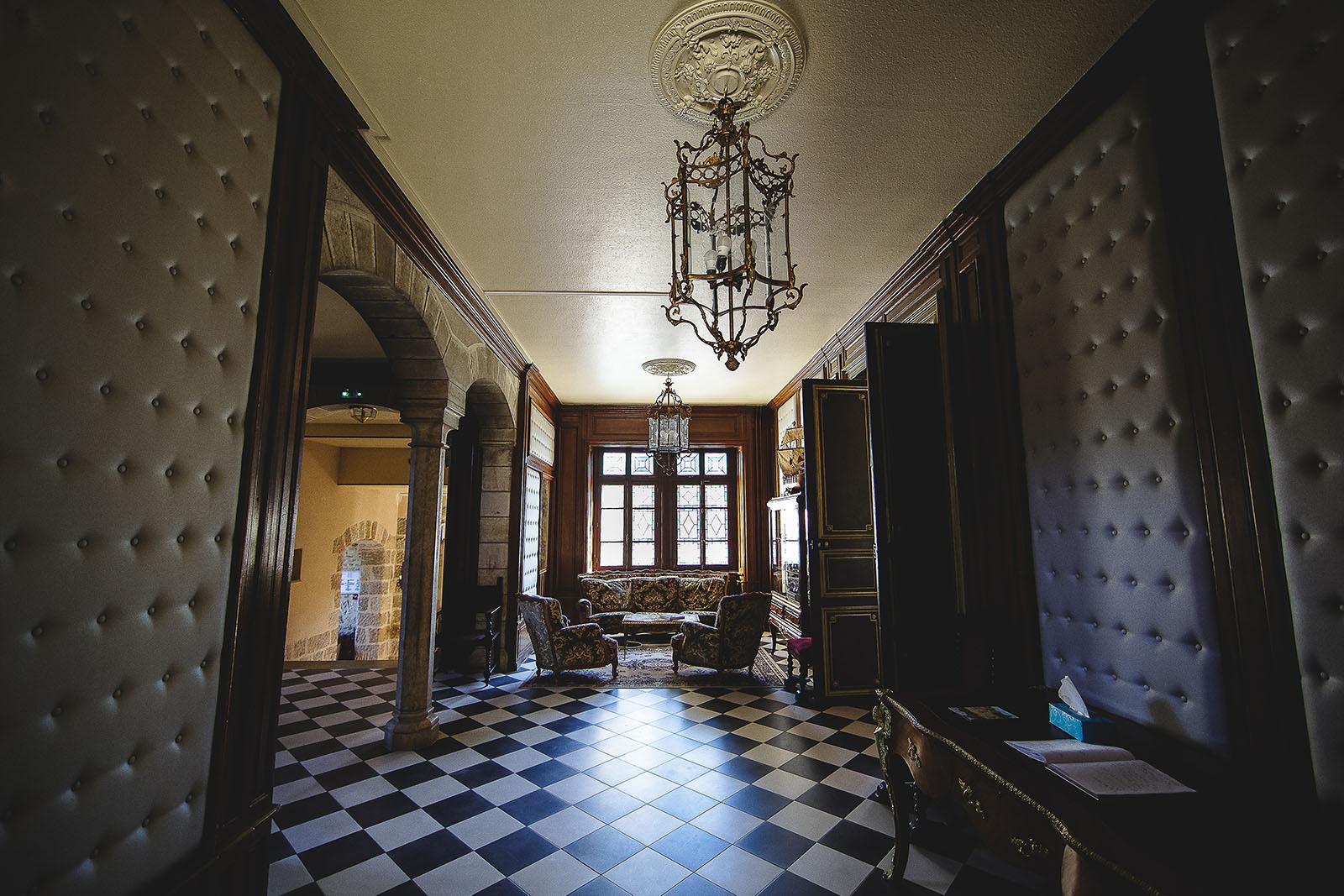 Mariage au Château de Beguin David Pommier photographe de mariage. Les couloirs