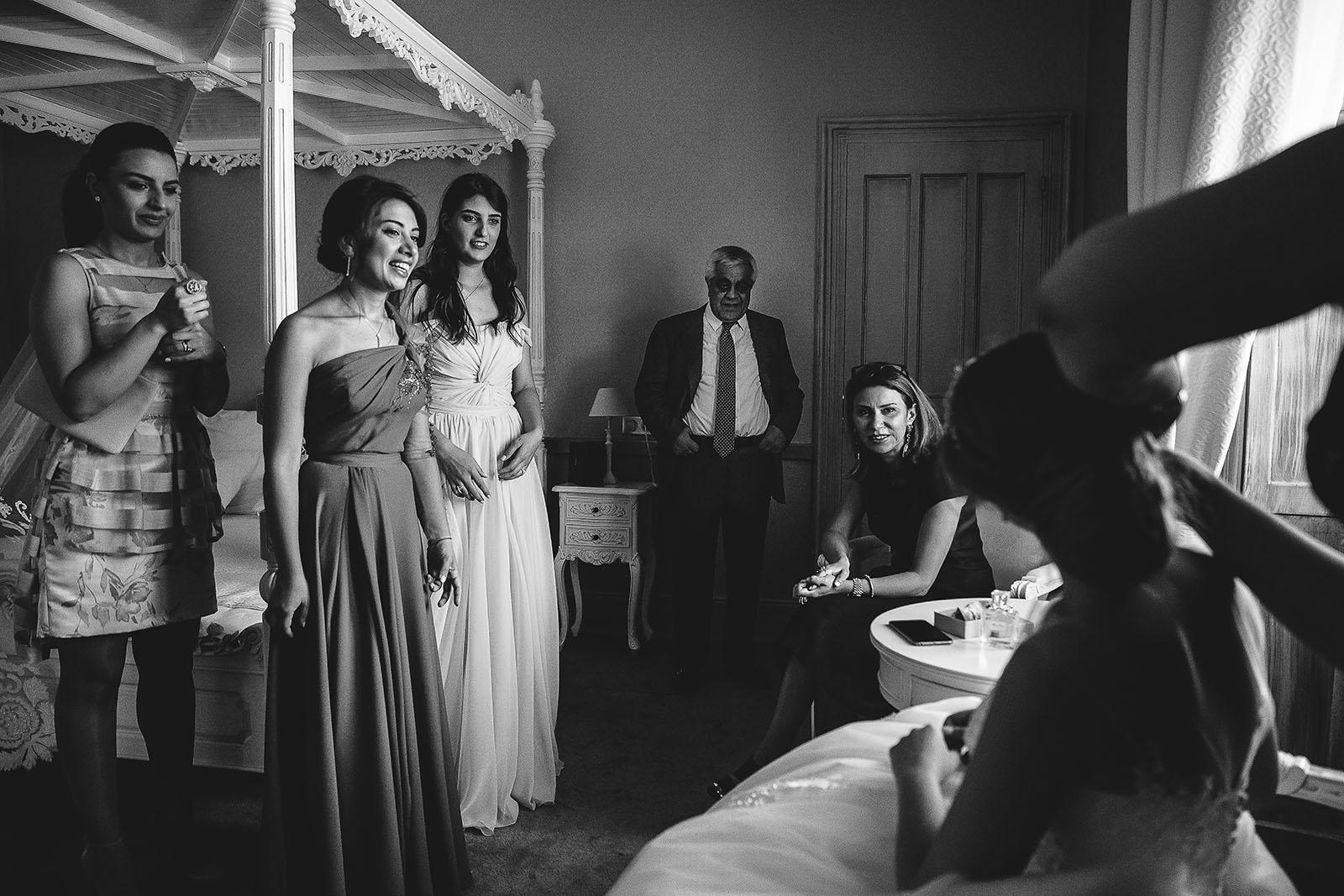 Mariage au Château de Beguin David Pommier photographe de mariage. Préparatifs de la mariée sous le regard des femmes et du papa