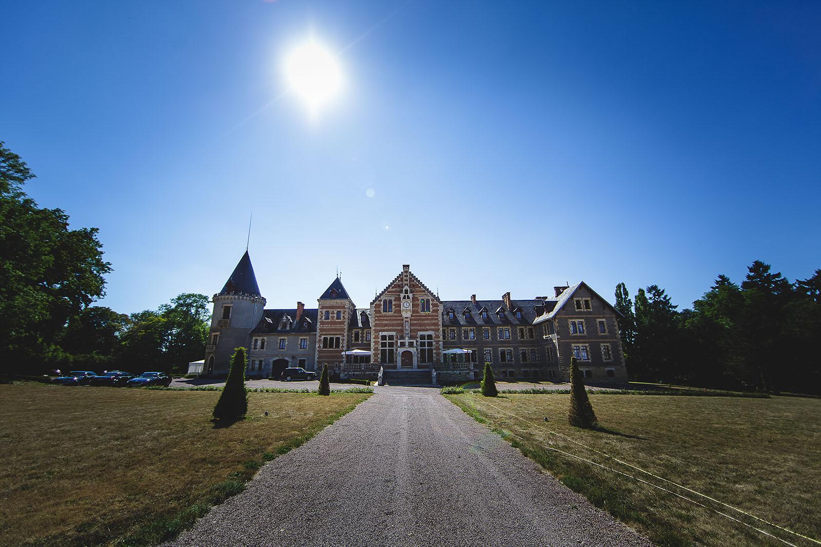 Mariage au Château de Beguin David Pommier photographe de mariage. Le château vu de dehors par un beau soleil
