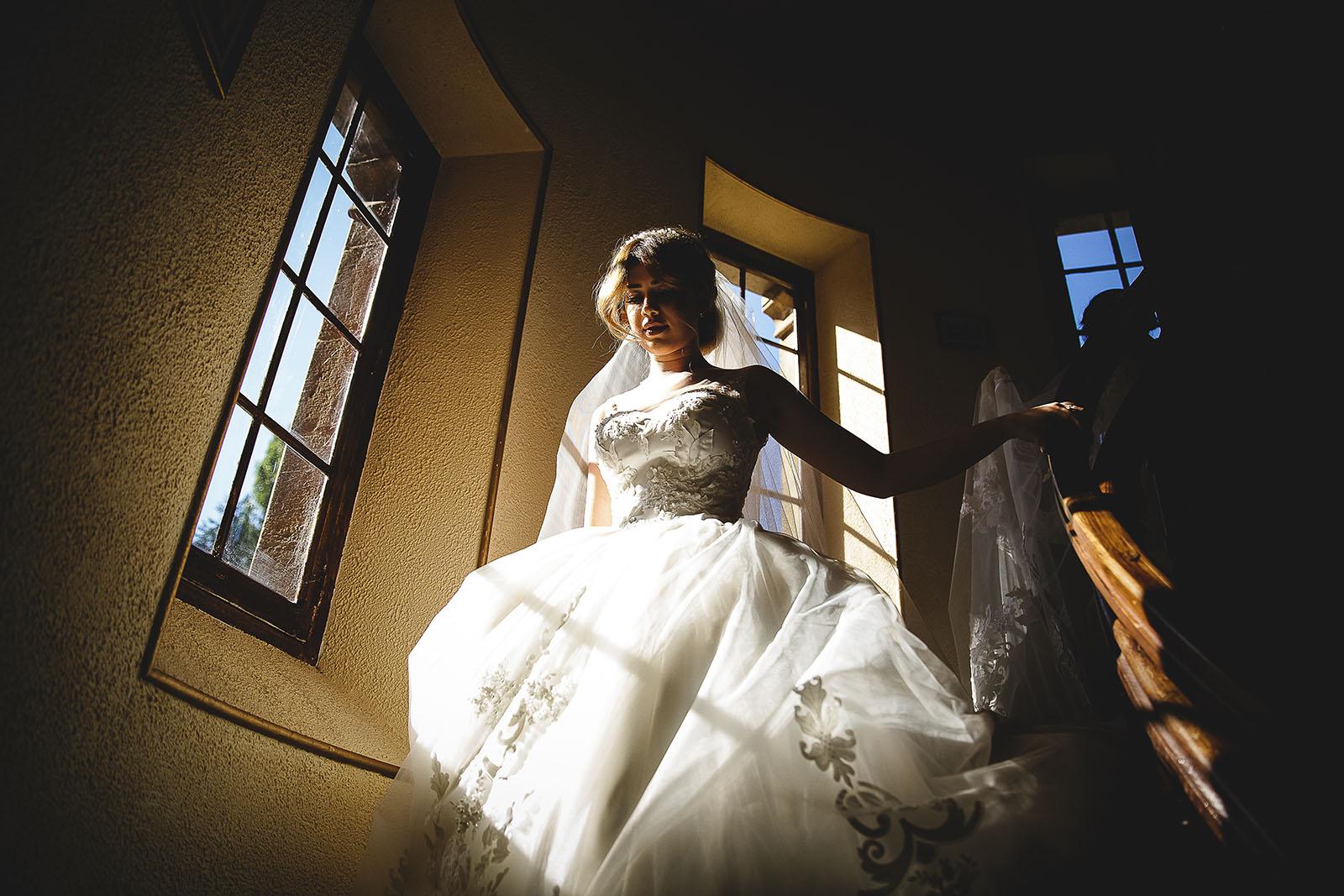 Mariage au Château de Beguin David Pommier photographe de mariage. La magnifique mariée descend les escaliers du château