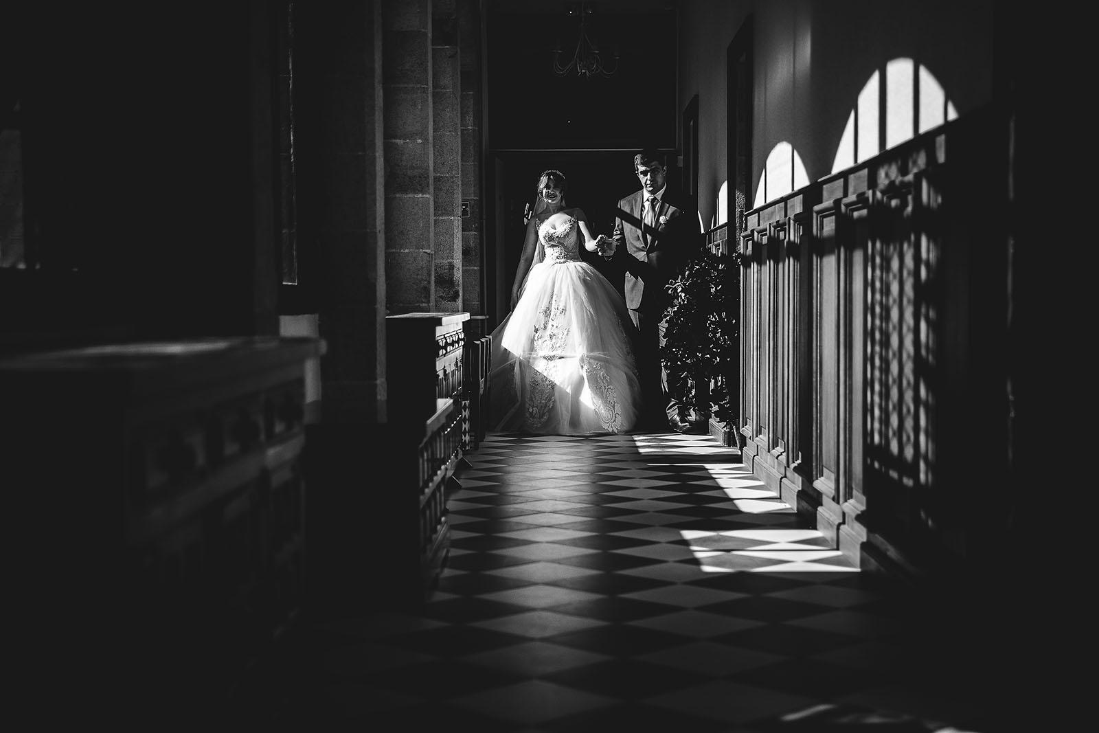 Mariage au Château de Beguin David Pommier photographe de mariage. Les mariés dans les couloirs du château
