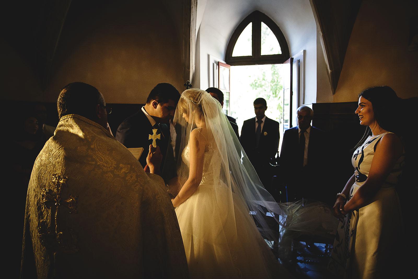 Mariage au Château de Beguin David Pommier photographe de mariage. Les mariés front contre front durant la cérémonie