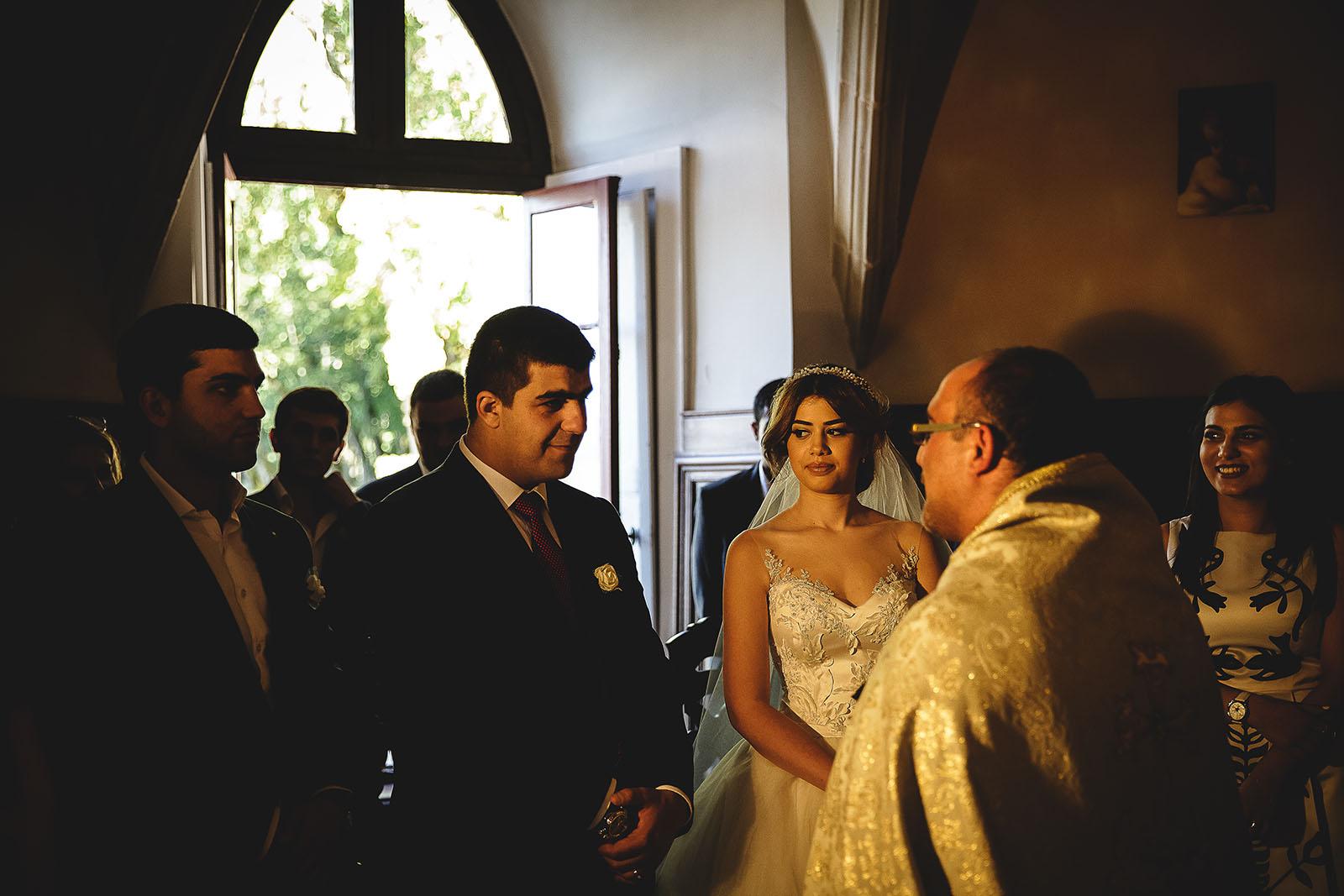 Mariage au Château de Beguin David Pommier photographe de mariage. Cérémonie religieuse dans la tradition arménienne