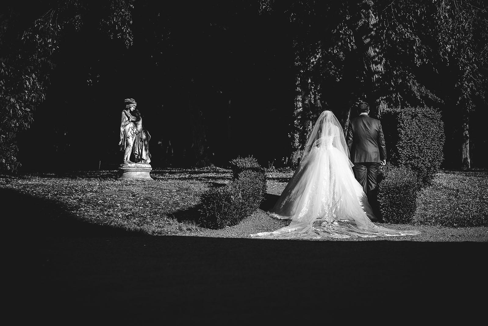Mariage au Château de Beguin David Pommier photographe de mariage. Les mariés dans le parc