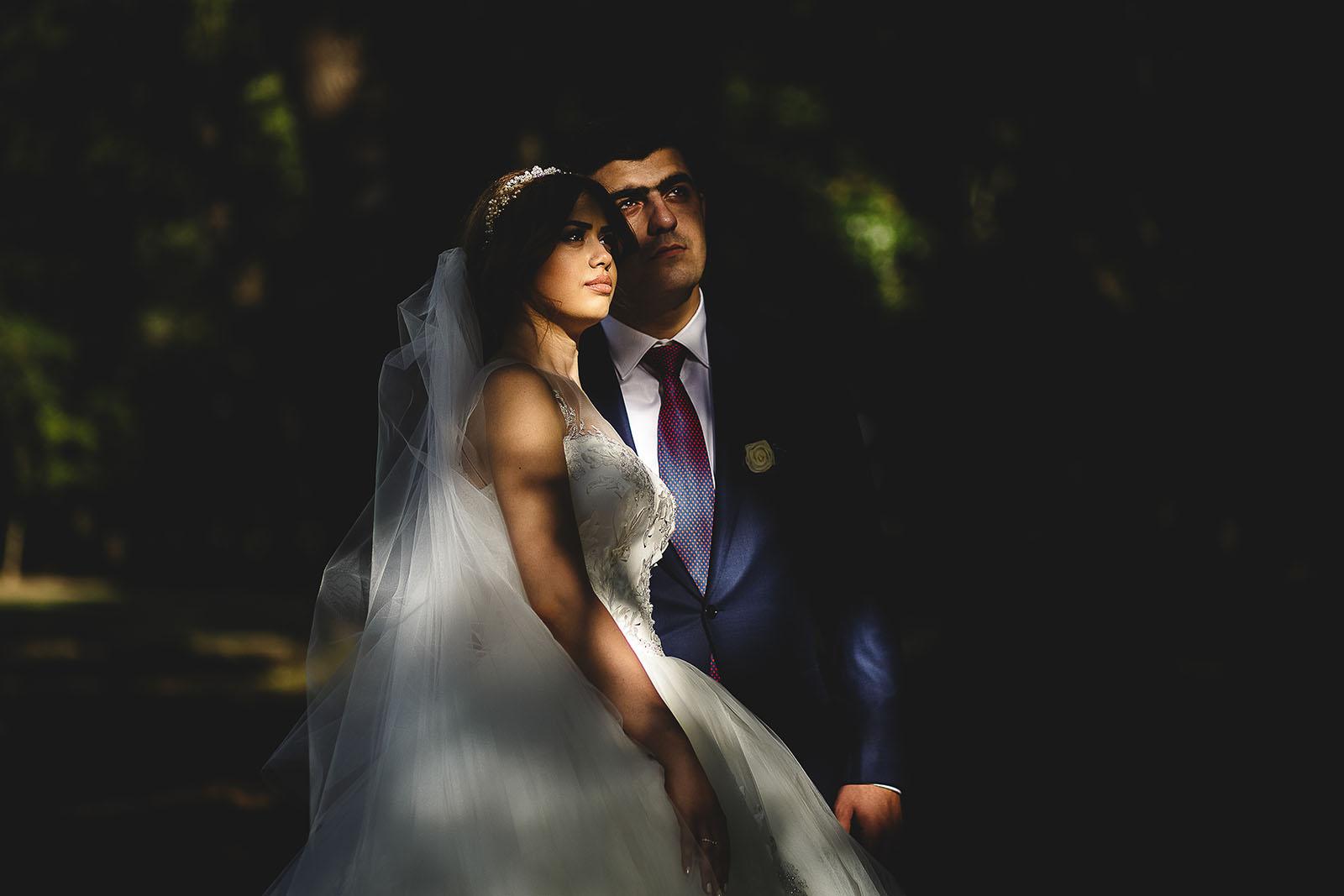 Mariage au Château de Beguin David Pommier photographe de mariage. Photo de couple sous les arbres au soleil