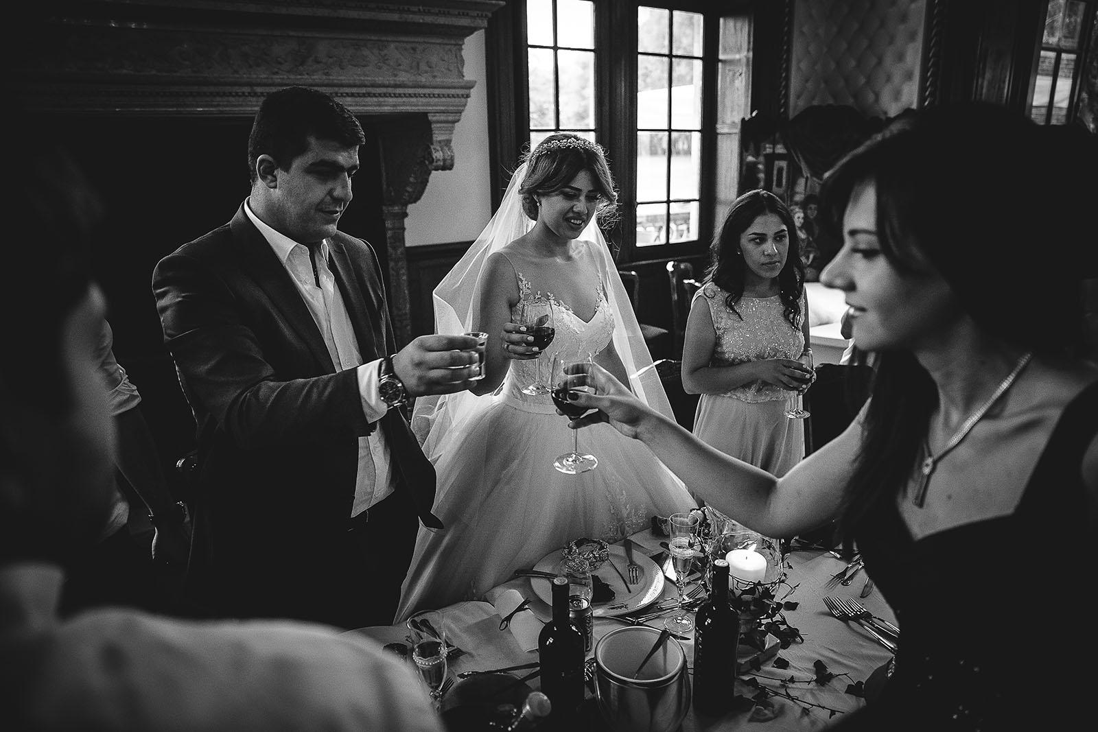 Mariage au Château de Beguin David Pommier photographe de mariage. Les mariés lèvent leur verre