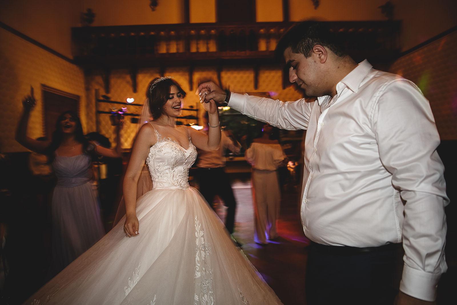 Mariage au Château de Beguin David Pommier photographe de mariage. Danse des mariés arménien