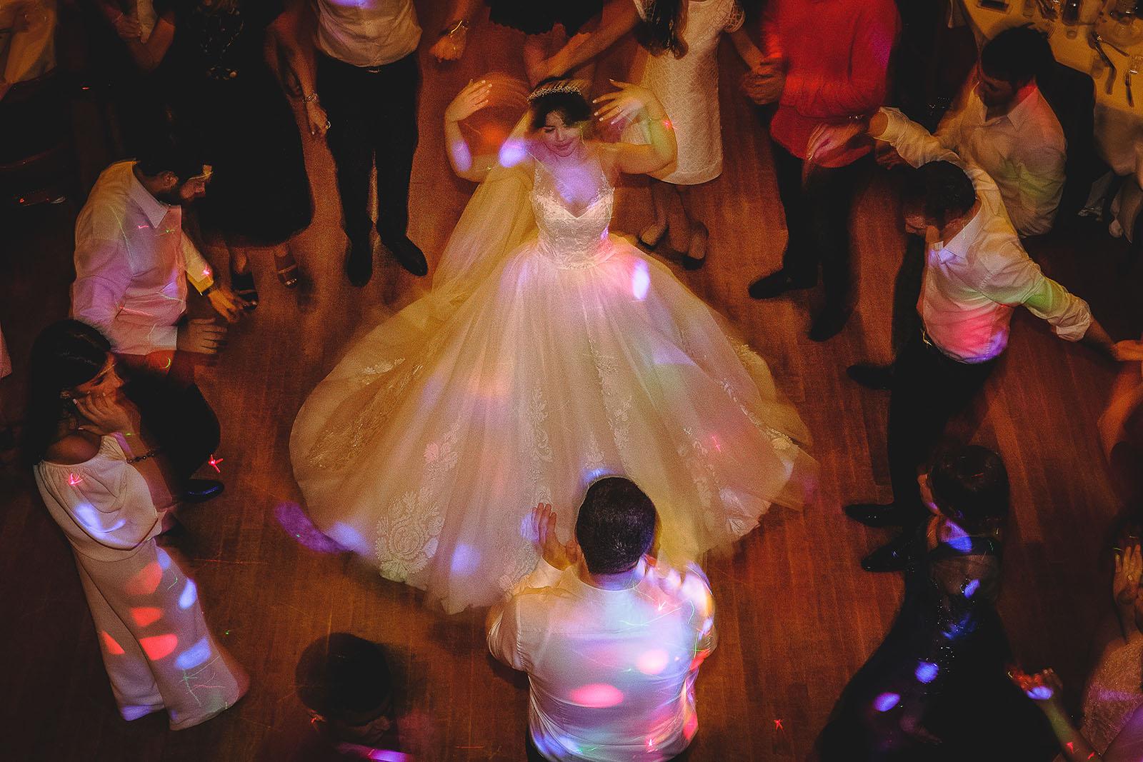 Mariage au Château de Beguin David Pommier photographe de mariage. Belle mariée qui danse. Vu de haut