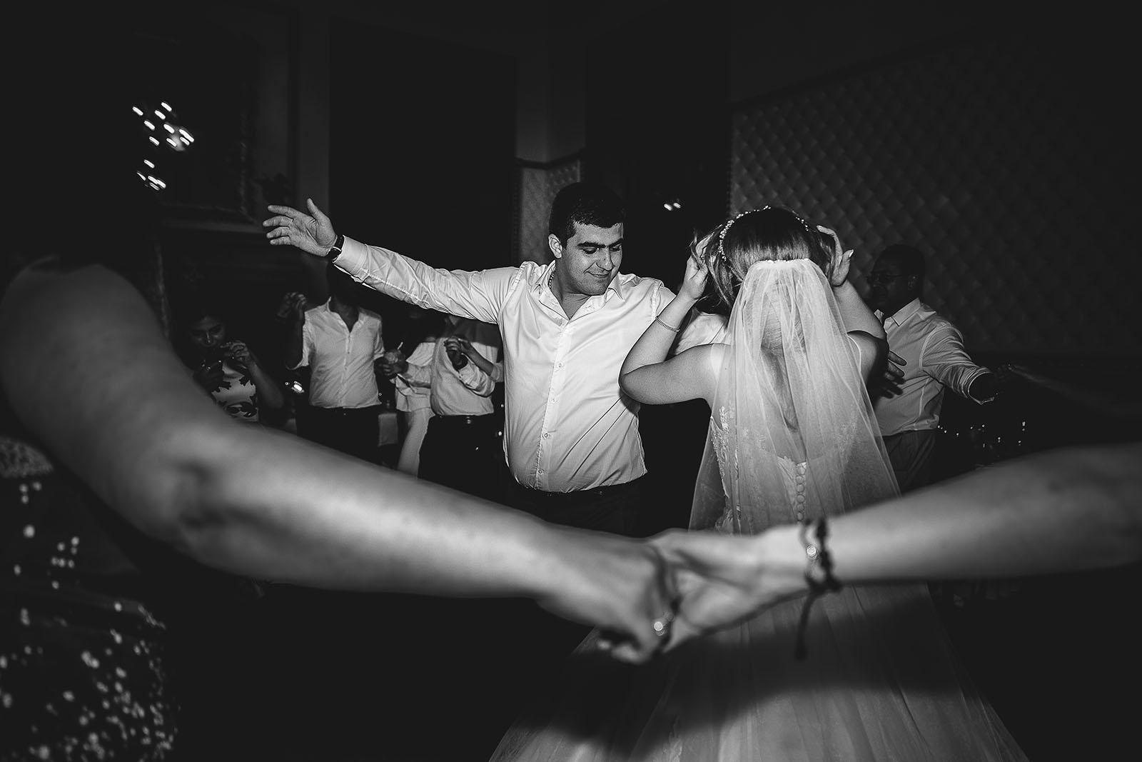 Mariage au Château de Beguin David Pommier photographe de mariage. Les mariés dansent ensemble