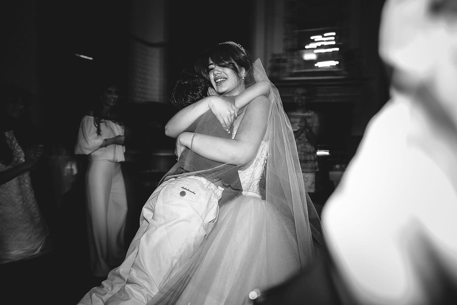 Mariage au Château de Beguin David Pommier photographe de mariage. La marié danse avec un enfant