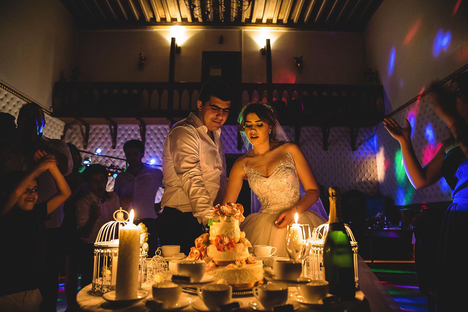 Mariage au Château de Beguin David Pommier photographe de mariage. Les mariés découpent le gâteau