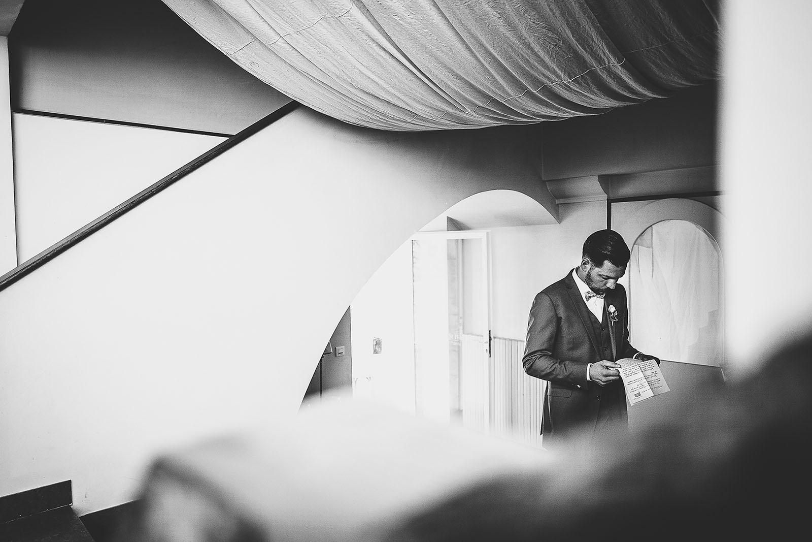 Mariage au Comptoir Saint Hilaire. Le marié lit une lettre que sa femme lui a laissé avant le mariage
