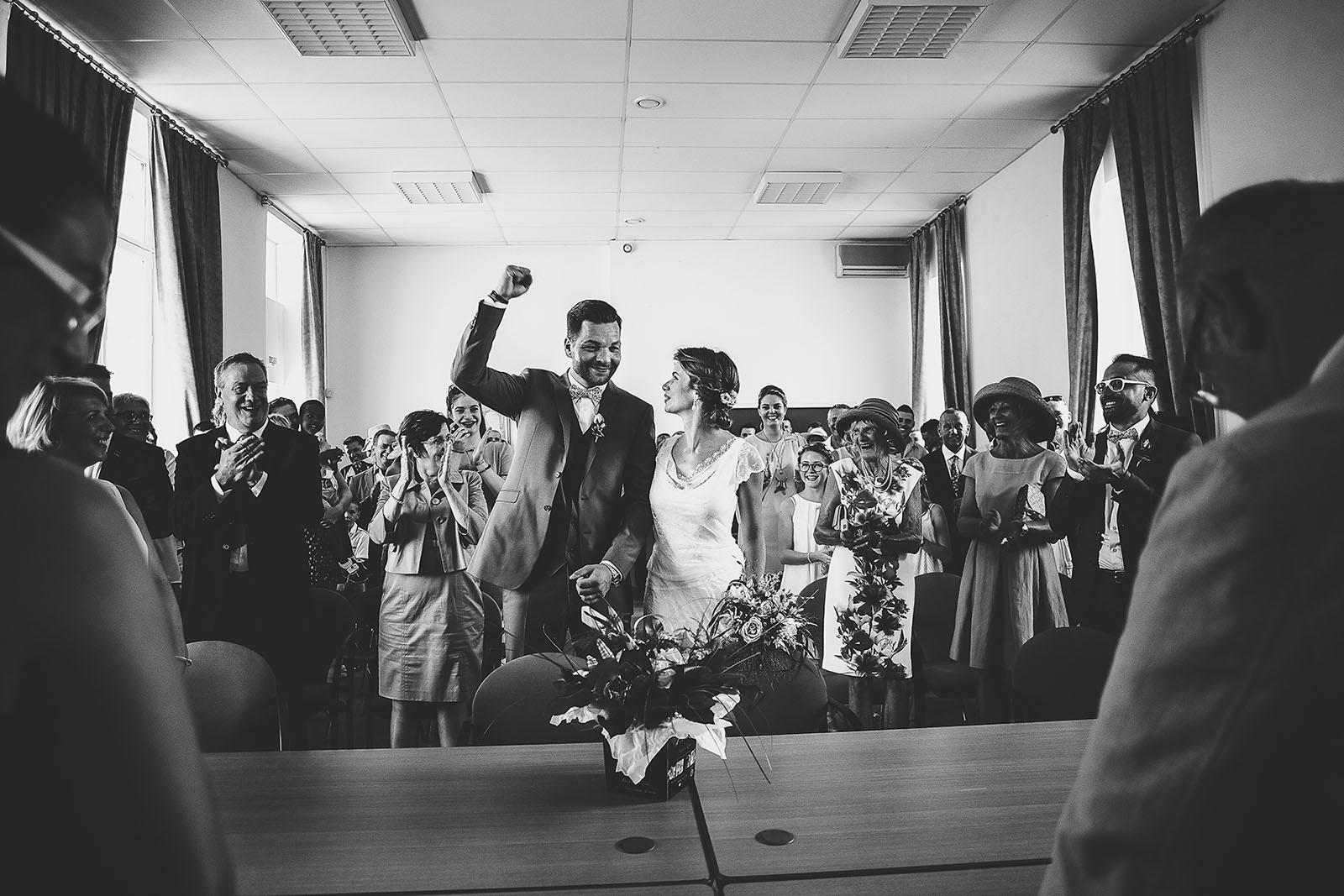 Mariage au Comptoir Saint Hilaire. Le marié heureux à la mairie. David Pommier photographe de mariage Sud de la France