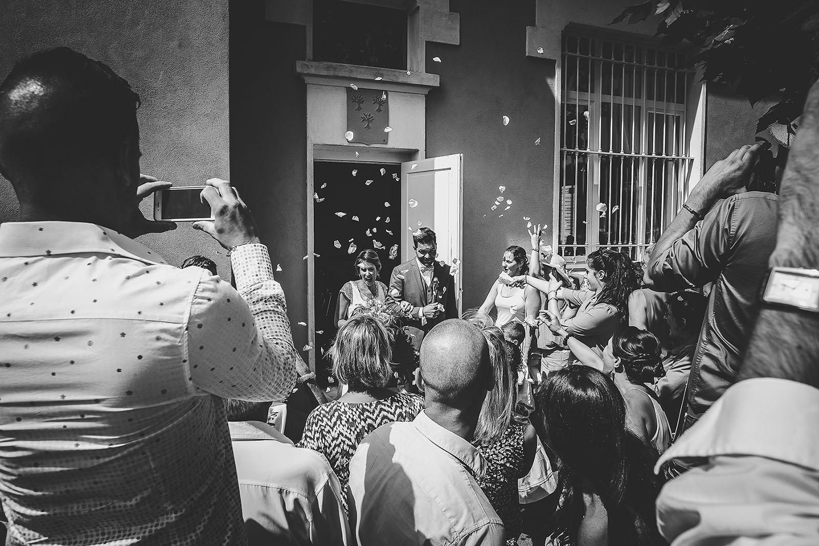 Mariage au Comptoir Saint Hilaire. La sortie de la mairie des mariés. David Pommier photographe de mariage dans le sud de la France