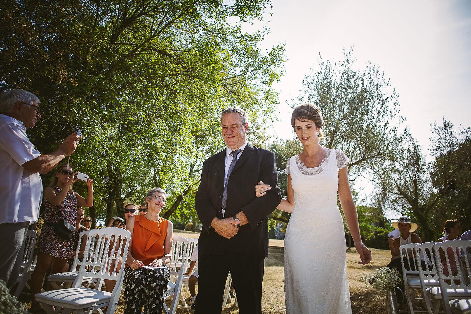 Mariage au Comptoir Saint Hilaire. Arrivée de la mariée au bras de son père à la cérémonie laïque. David Pommier photographe de mariage