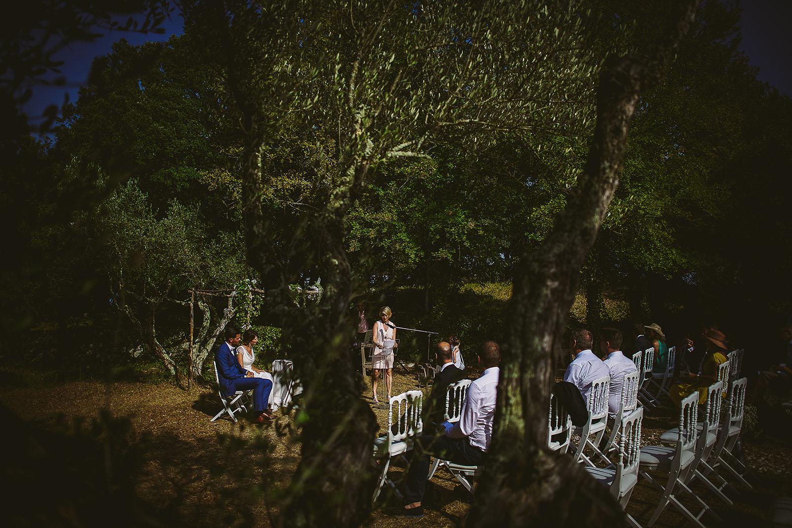 Mariage au Comptoir Saint Hilaire. La cérémonie laïque au milieu des oliviers