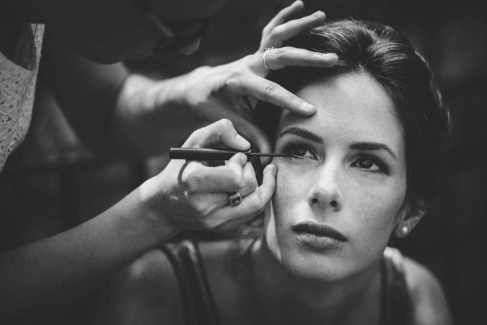 Mariage au Comptoir Saint Hilaire. Beau portrait de la mariée durant les préparatifs et le maquillage. David Pommier Photographe de mariage