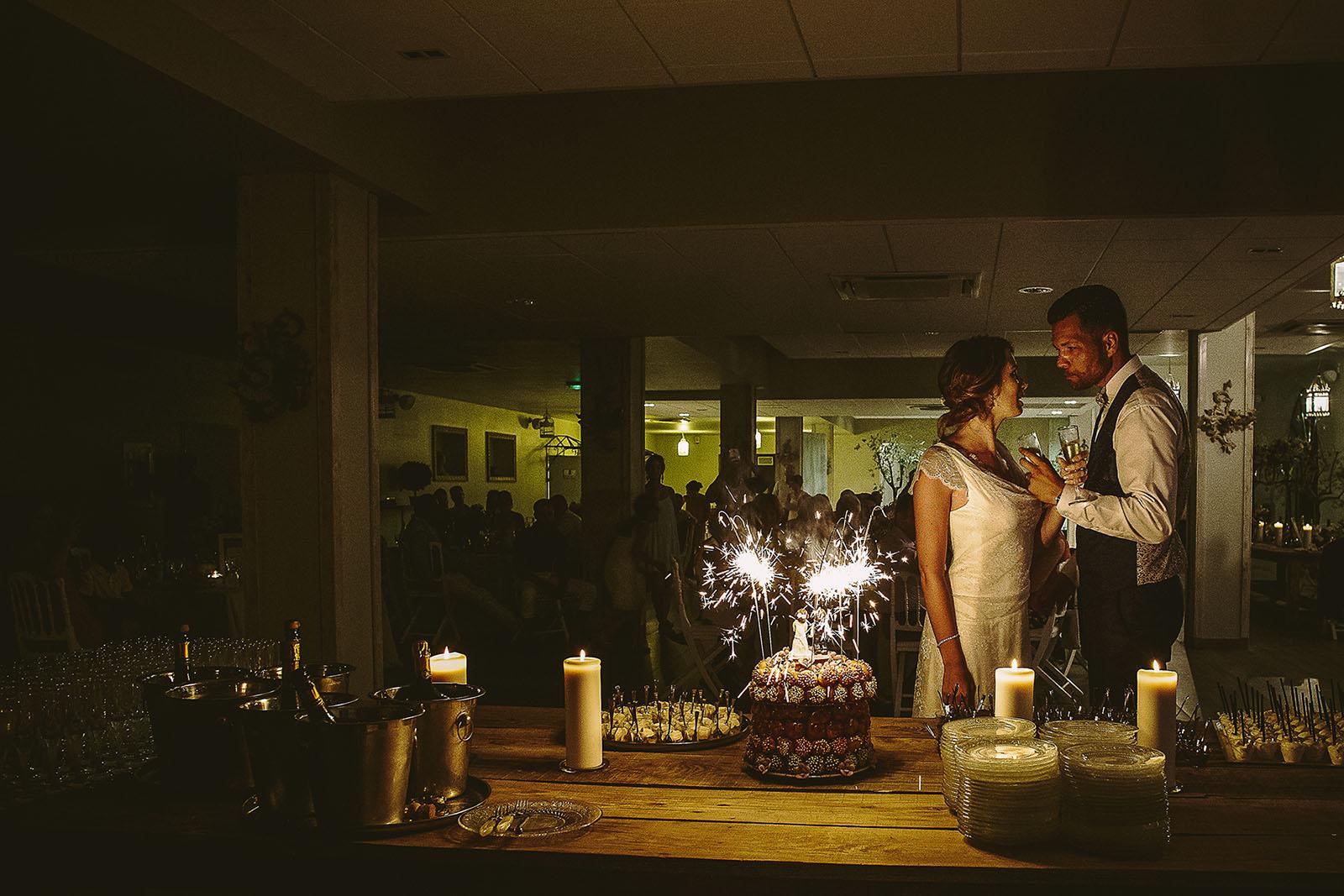 Mariage au Comptoir Saint Hilaire. Les mariés boivent le champagne devant le gâteau