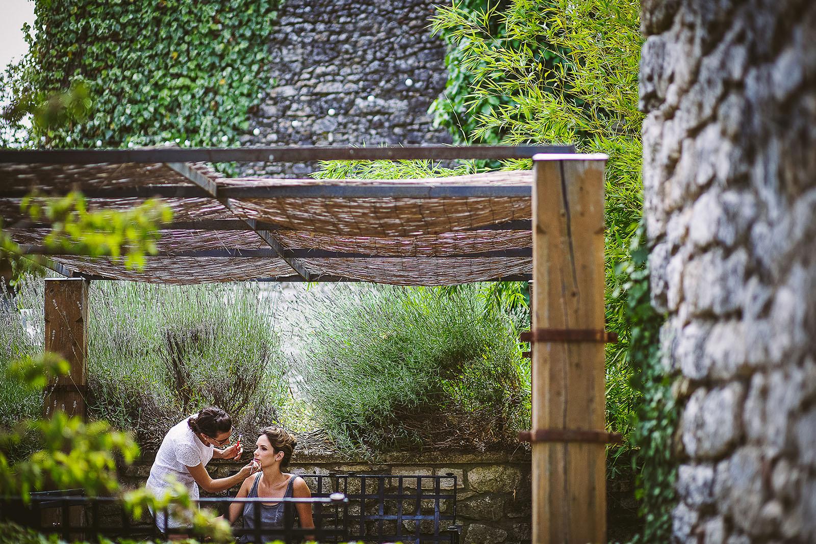 Mariage au Comptoir Saint Hilaire. Préparatifs de la mariée en extérieur.