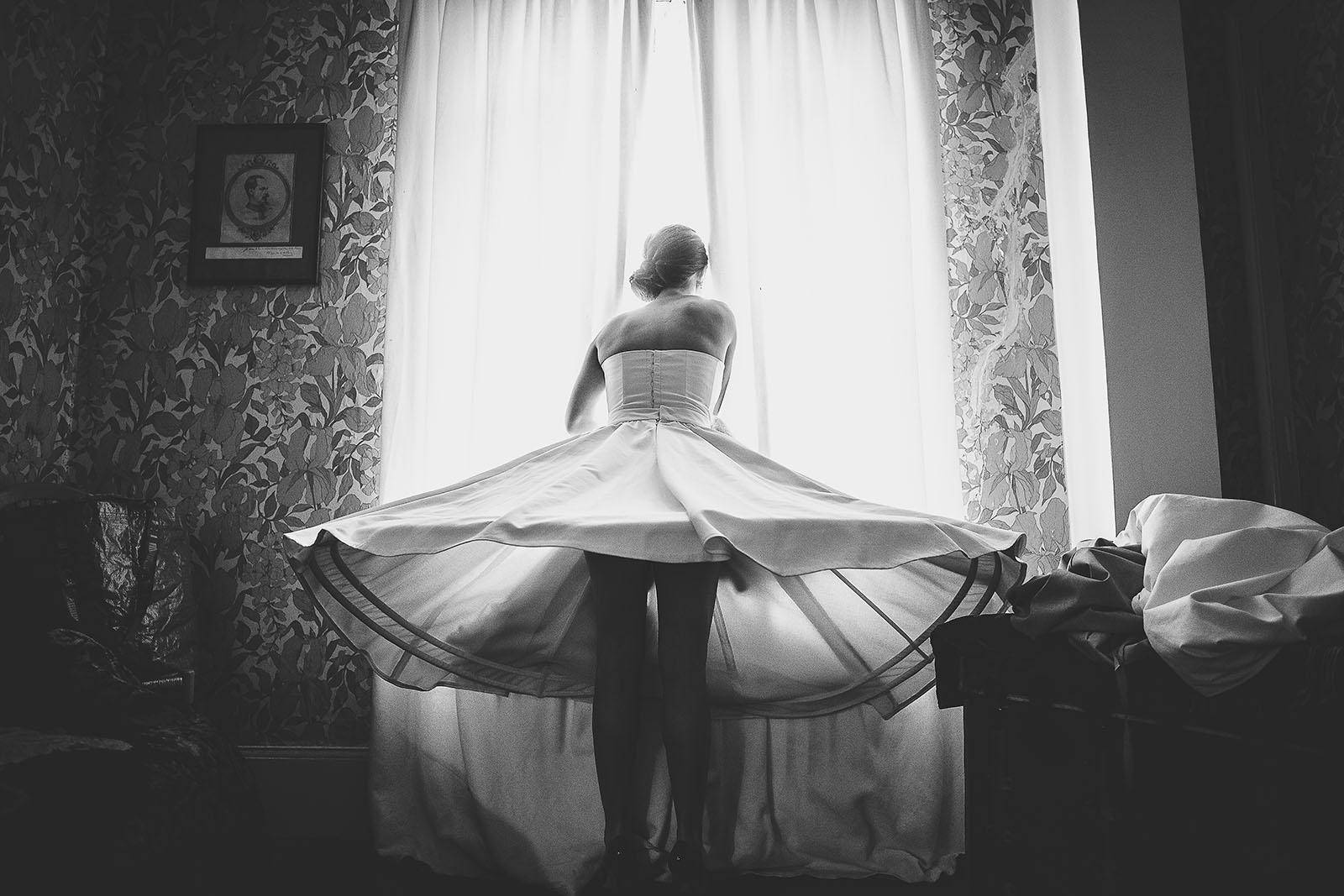 Mariage Manoir des Prévanches. David Pommier photographe de mariage. La mariée et sa robe