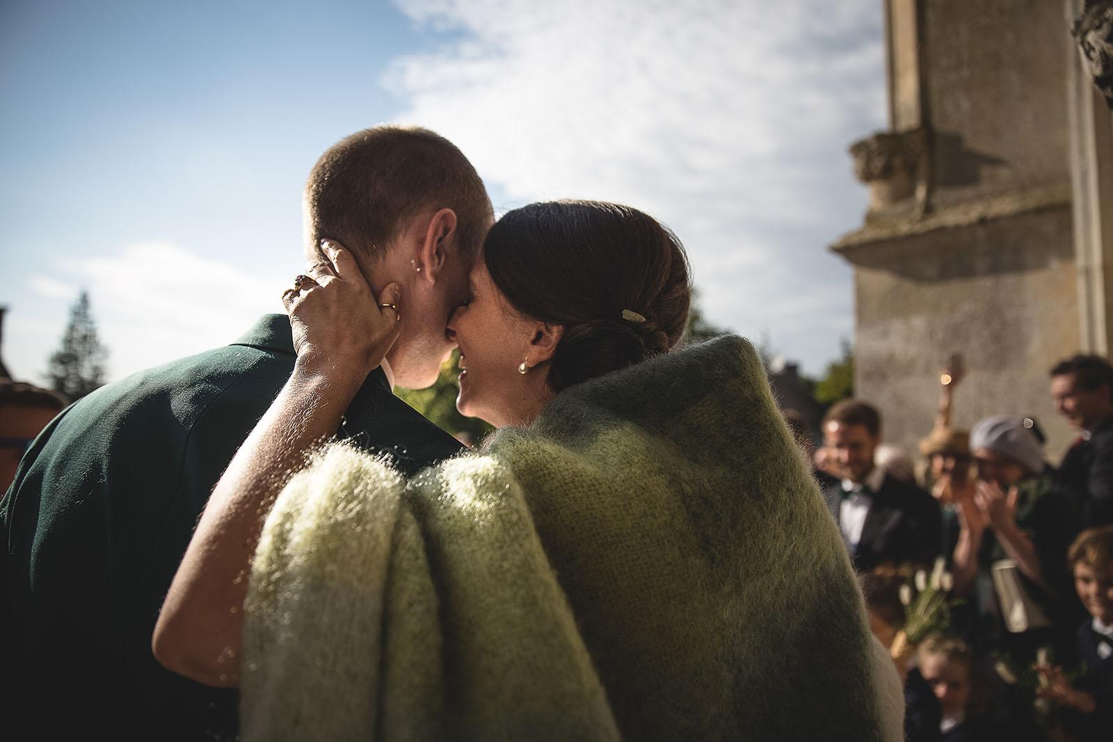 Mariage Manoir des Prévanches. David Pommier photographe de mariage. Sortie avec émotion du couple de l'église