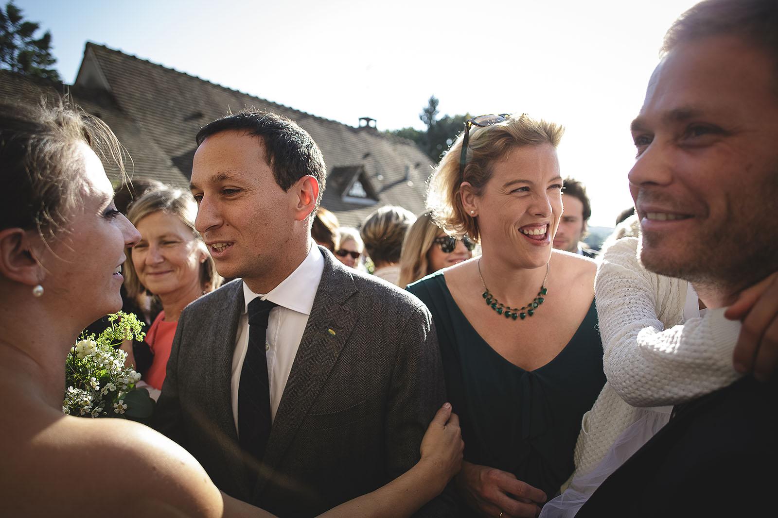 Mariage Manoir des Prévanches. David Pommier photographe de mariage. Joie et embrassade devant d'église