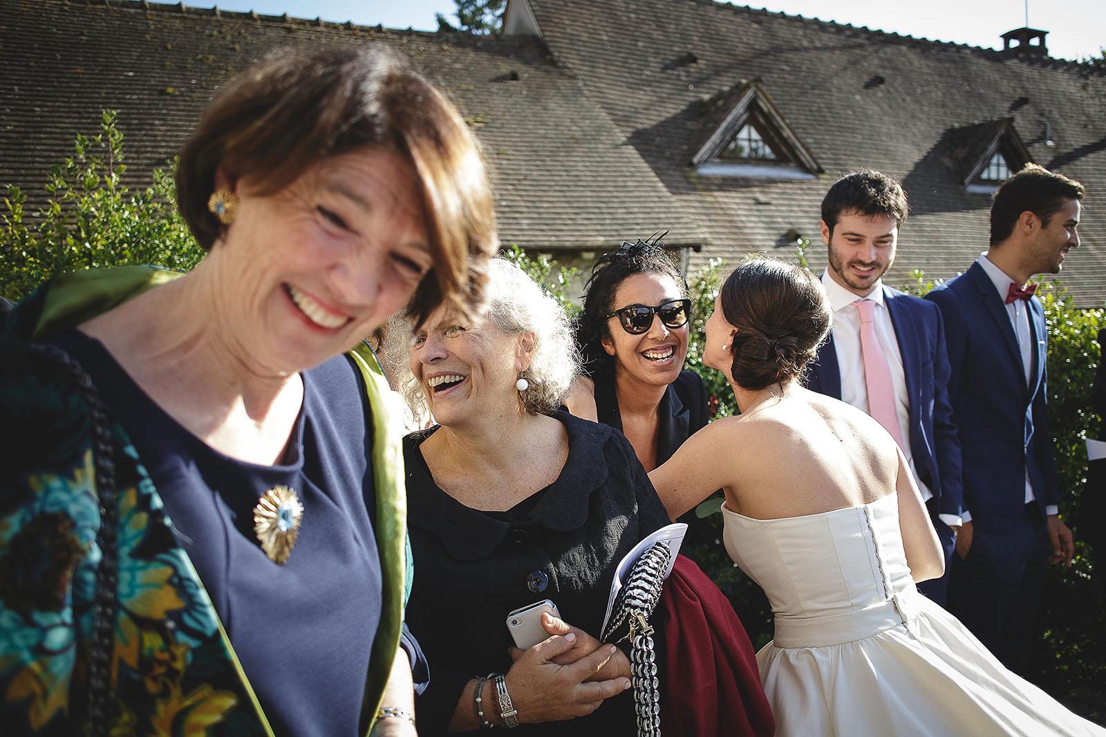 Mariage Manoir des Prévanches. David Pommier photographe de mariage. Joie de la sortie de l'église