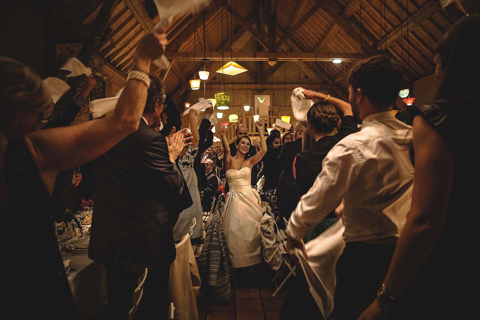 Mariage Manoir des Prévanches. David Pommier photographe de mariage. Entrée des mariés dans la salle de réception