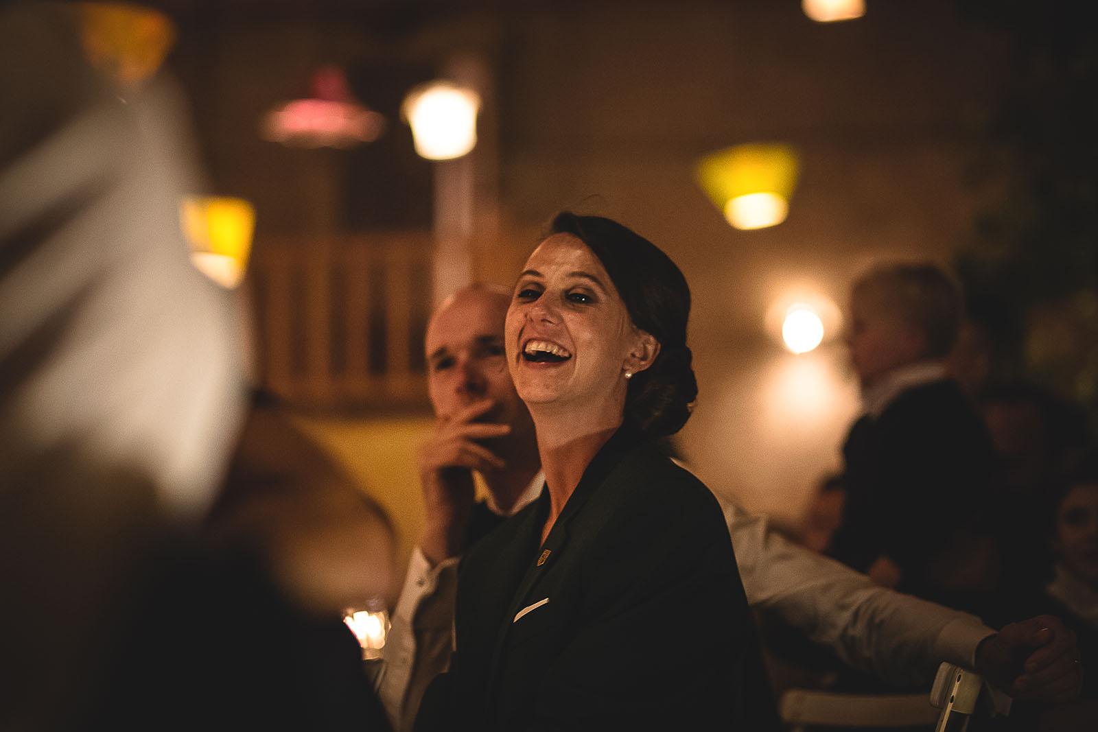 Mariage Manoir des Prévanches. David Pommier photographe de mariage. Eclats de rire de la mariée