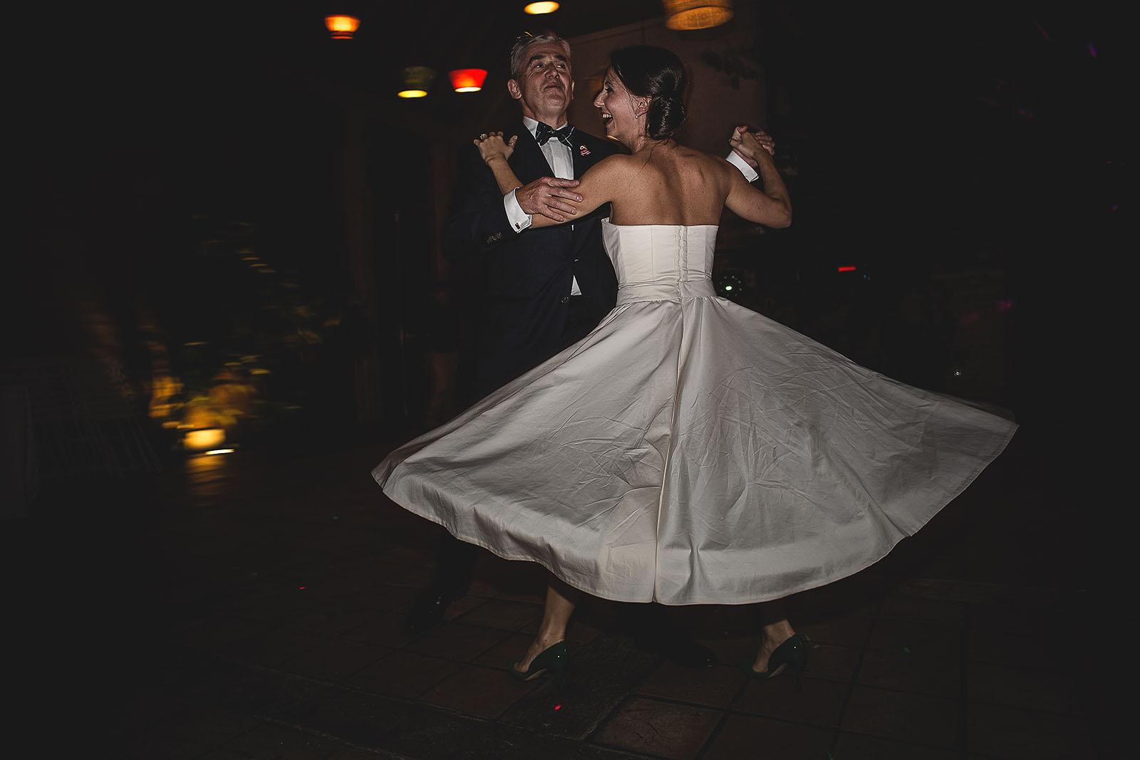 Mariage Manoir des Prévanches. David Pommier photographe de mariage. La mariée danse avec son père