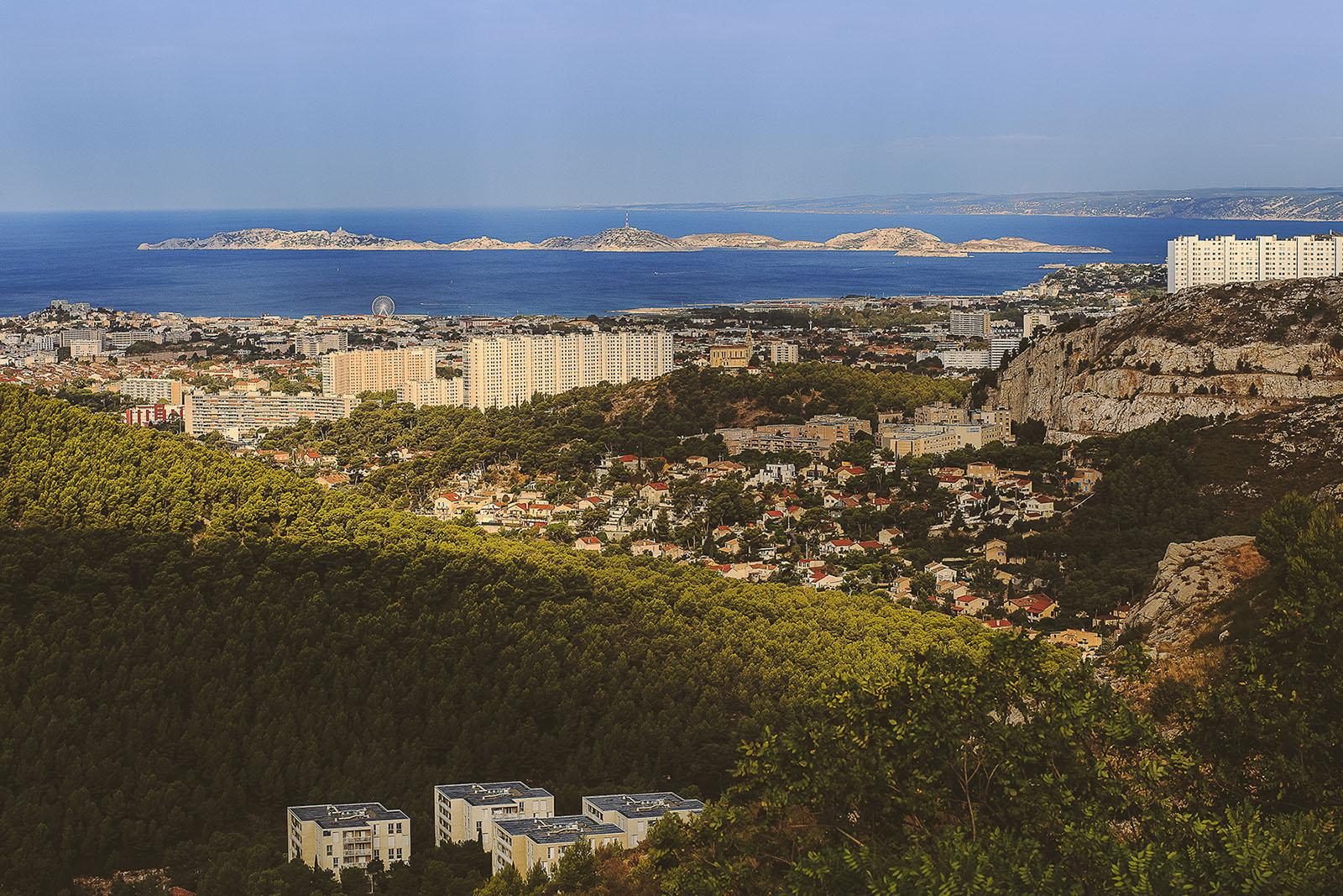 Mariage Villa Quélude David Pommier photographe de mariage. La ville de Marseille et son port vu du des hauteurs
