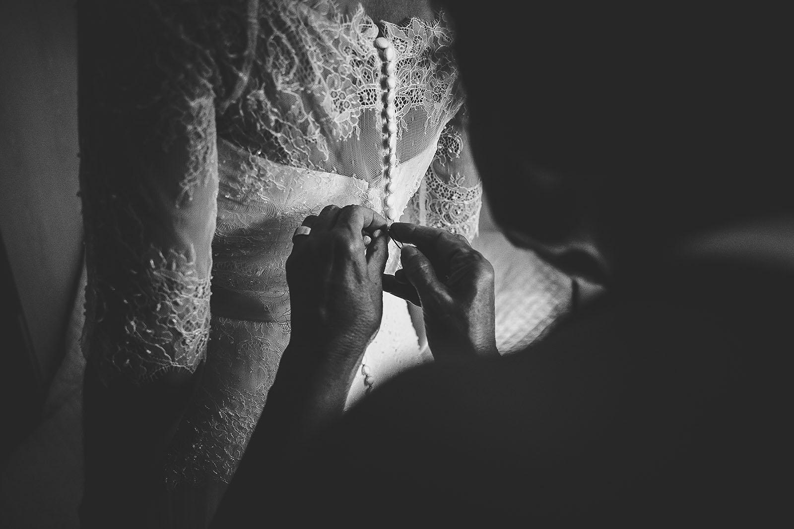 Mariage Villa Quélude David Pommier photographe de mariage. La robe de la mariée, les préparatifs