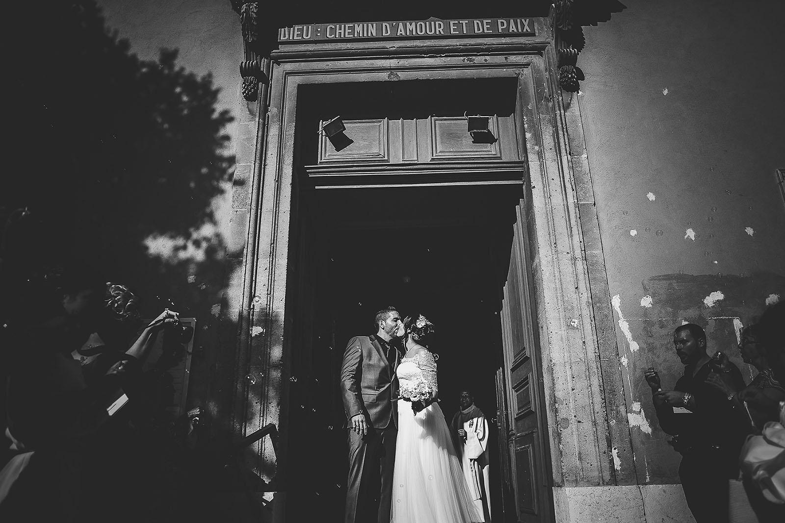 Mariage Villa Quélude David Pommier photographe de mariage. Baiser des mariés à la sortie de l'église
