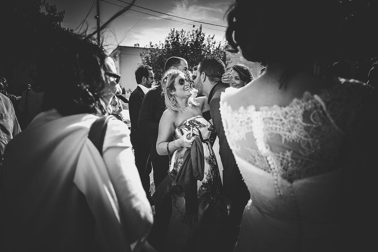 Mariage Villa Quélude David Pommier photographe de mariage. Les invités embrassent les mariés