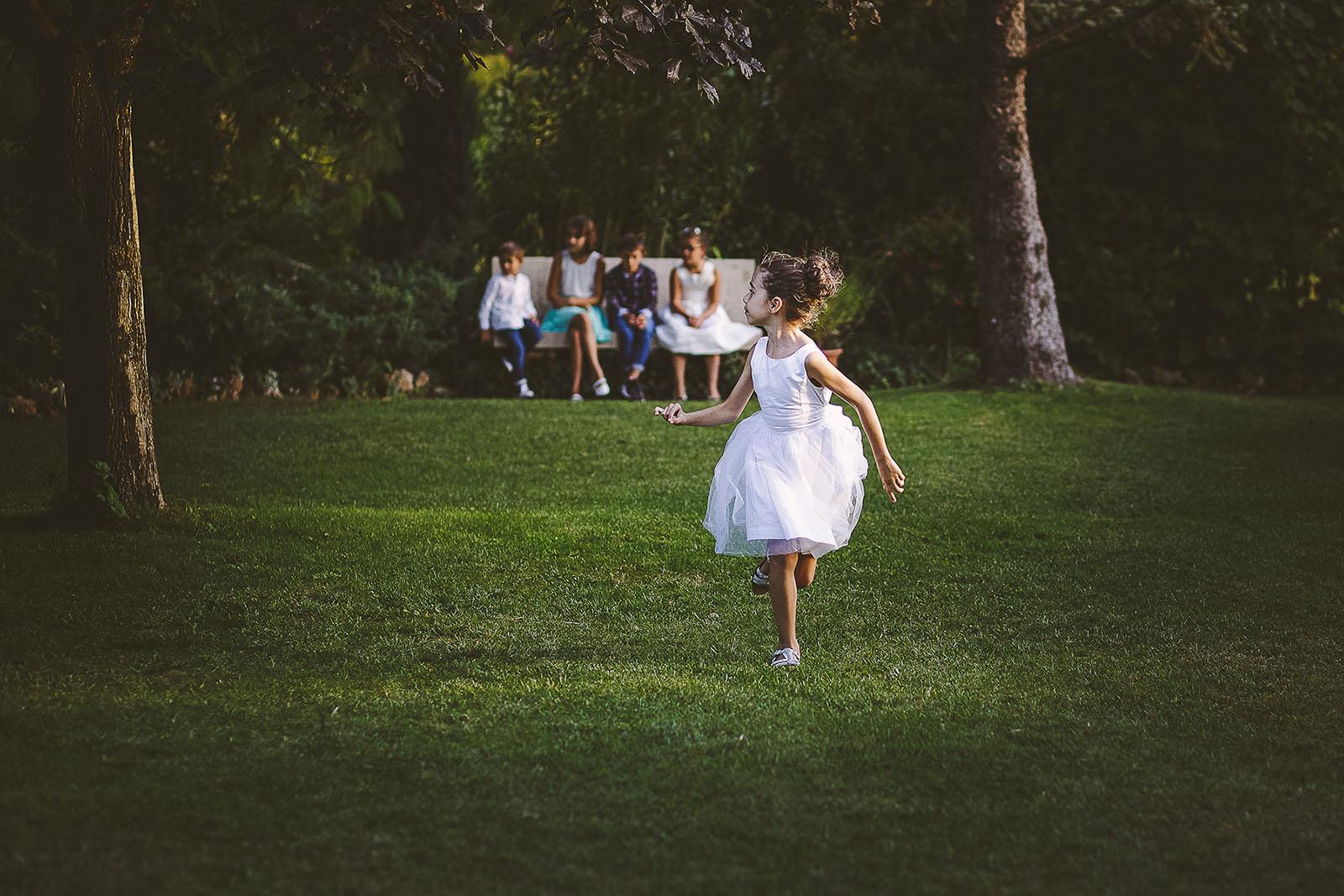 Mariage Villa Quélude David Pommier photographe de mariage. Les enfants qui jouent
