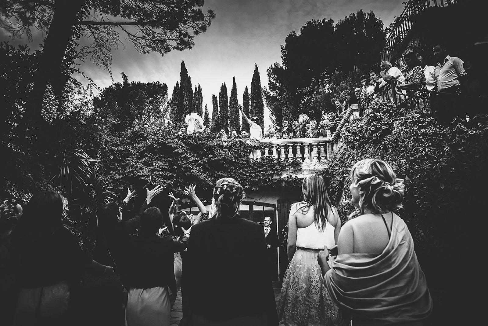Mariage Villa Quélude David Pommier photographe de mariage. Beau lancé de bouquet de mariée