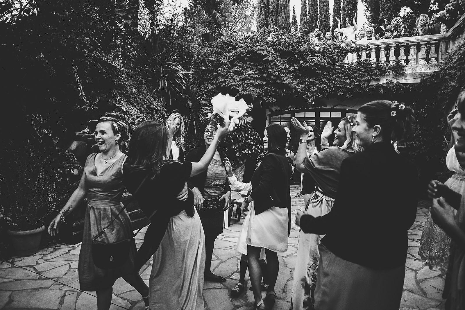Mariage Villa Quélude David Pommier photographe de mariage. Le lancé de bouquet de la mariée