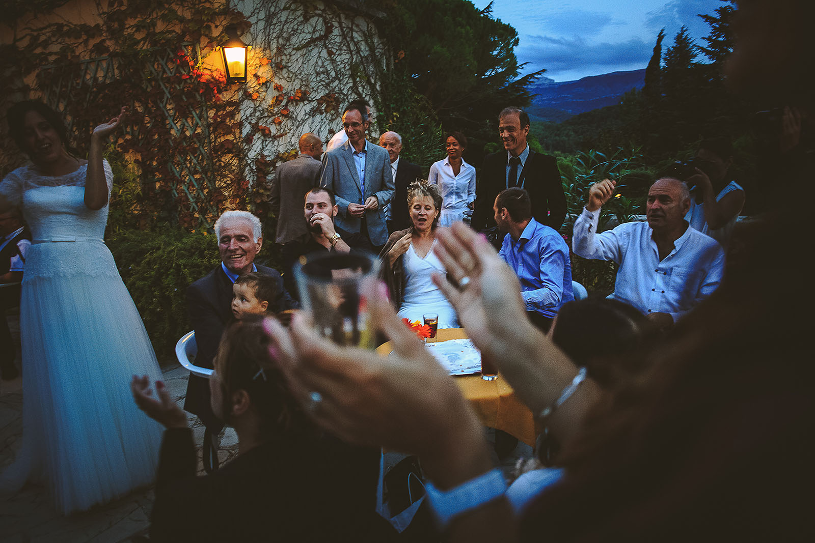 Mariage Villa Quélude David Pommier photographe de mariage. Joie des invités au vin d'honneur