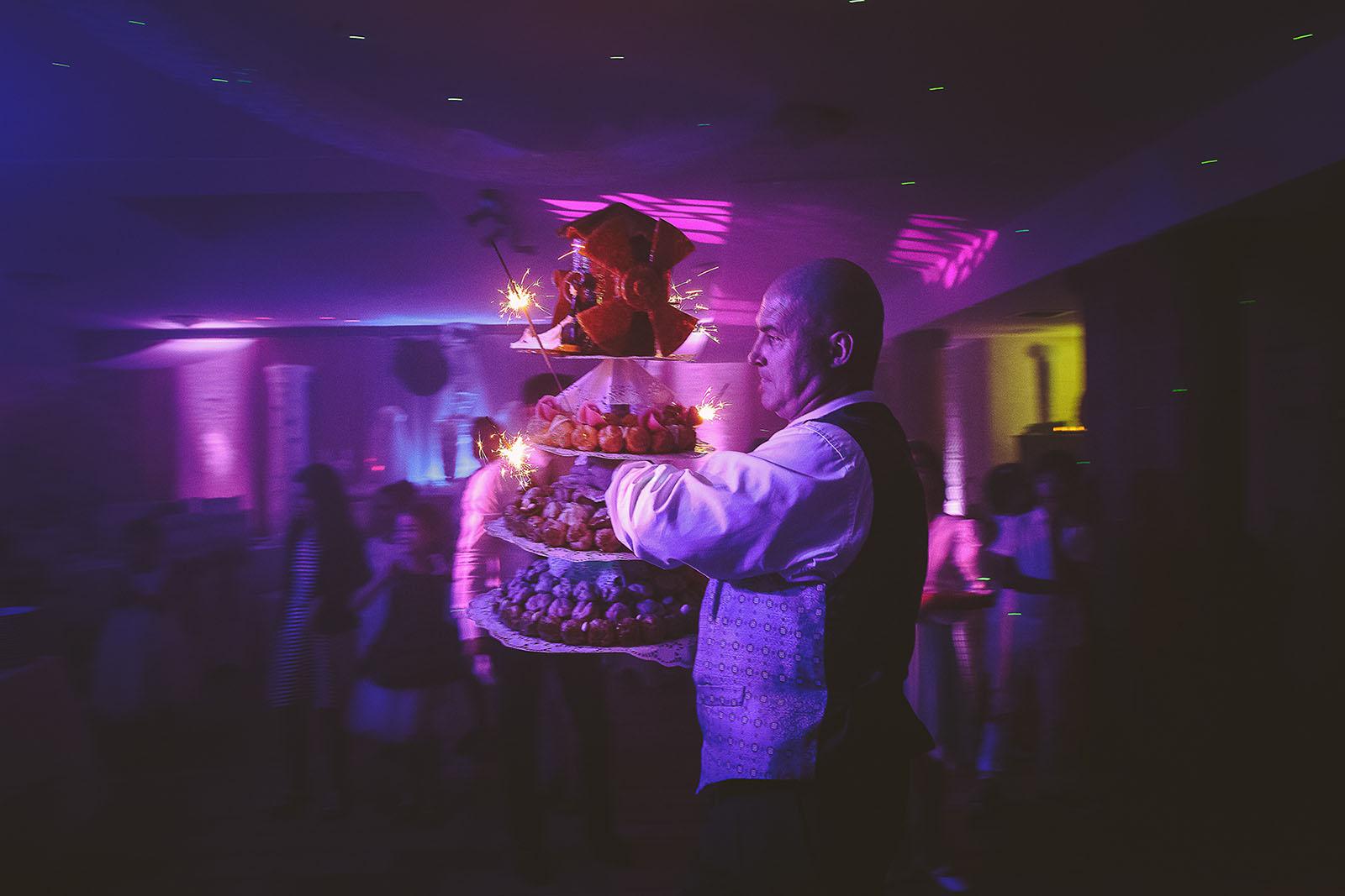 Mariage Villa Quélude David Pommier photographe de mariage. Le gâteau arrive avec des étincelles.